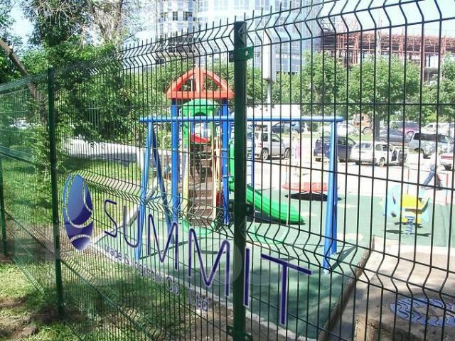 Забор, сетка, ворота, колючая спираль. Винтовые сваи.