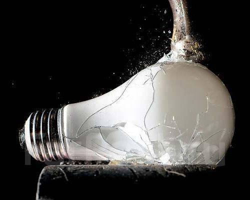 Решить проблему поможет реле плавного включения света.  Такое устройство так же известно как фазовый регулятор...