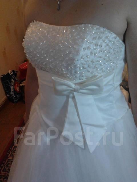 Продам свадебное платье, юбка пышная, верх обшит бисером и паетками, на шнуровке, размер 44-46.торг.