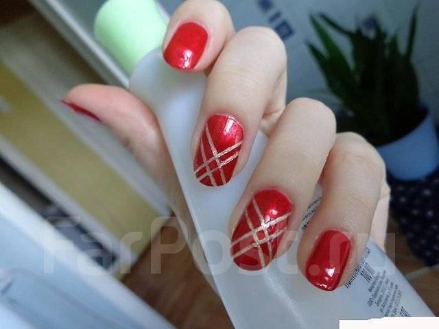 Красные ногти с лентой