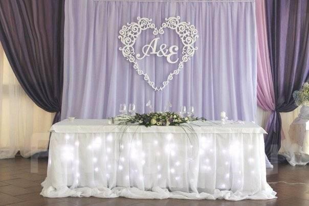 Как украсить стол для молодых на свадьбу