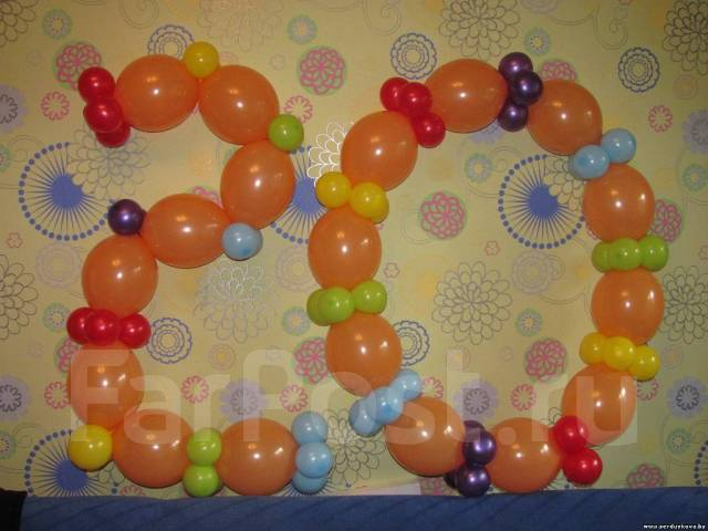 стоит цифра 20 выложенная из шариков после