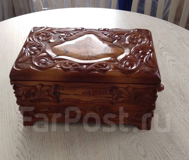 Большая деревянная шкатулка ручной работы.