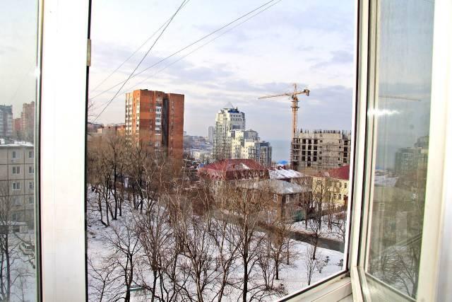 4-комнатная, улица Бестужева 40. Центр, частное лицо, 104 кв.м. Вид из окна днём