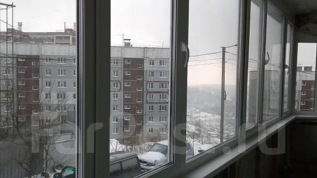 1-комнатная, улица Ладыгина 9. 64, 71 микрорайоны, частное лицо, 36 кв.м. Вид из окна днём