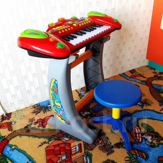 Яркий синтезатор! Свет, звук, подставка, микрофон, стульчик!