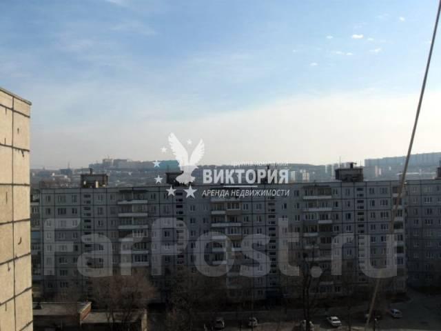 Гостинка, улица Надибаидзе 30. Чуркин, агентство, 18 кв.м. Вид из окна днем