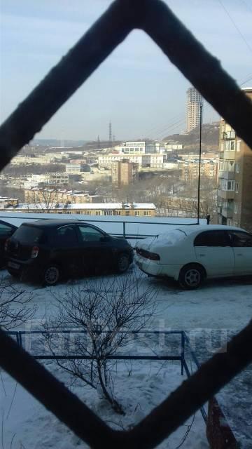 2-комнатная, улица Адмирала Кузнецова 53. 64, 71 микрорайоны, агентство, 56 кв.м. Вид из окна днём