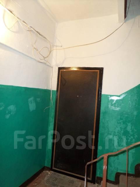 "3-комнатная, улица Агеева 28. Ресторан ""Марко Поло"", агентство, 80 кв.м. Подъезд внутри"