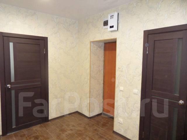 """3-комнатная, улица Агеева 28. Ресторан """"Марко Поло"""", агентство, 80 кв.м. Прихожая"""