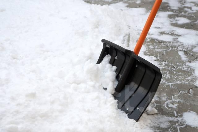 Уборка снега грузчиками.