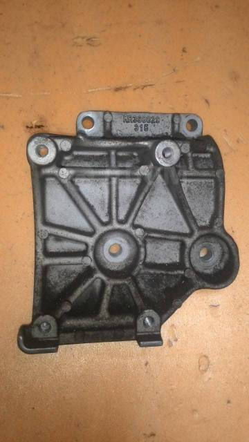 Крепление компрессора кондиционера. Mitsubishi Chariot, N84W Mitsubishi Chariot Grandis, N84W, N94W Двигатель 4G64