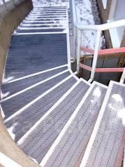 Оборудование лестницы антискольскользящими грязезащитными покрытиями. Тип объекта офис
