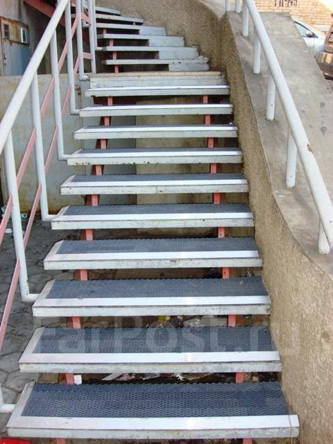 Оборудование лестницы антискольскользящими грязезащитными покрытиями. Тип объекта офис, срок выполнения неделя