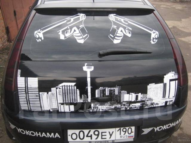 фото наклейка на заднее стекло автомобиля