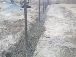 Устанавливаем столбики под забор с бурением и копанием дринажа