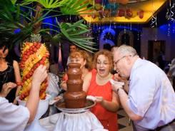Шоколадный фонтан, фруктовые пальмы и пирамида из бокалов