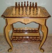 Красивый шахматный столик из дерева. Шахматы. Интерьер.