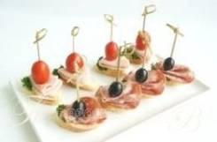 Ассорти из канапе с мясными деликатесами (8 шт.) (Праздничное меню)