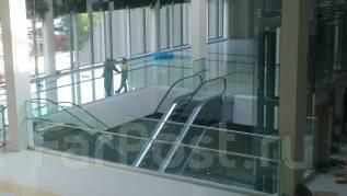 Ограждения из стекла и нержавеющей стали .