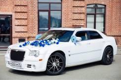 Chrysler 300C белоснежного цвета для торжественных мероприятий.
