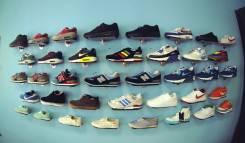 Настенная подставка для обуви для шоурумов / полка для обуви