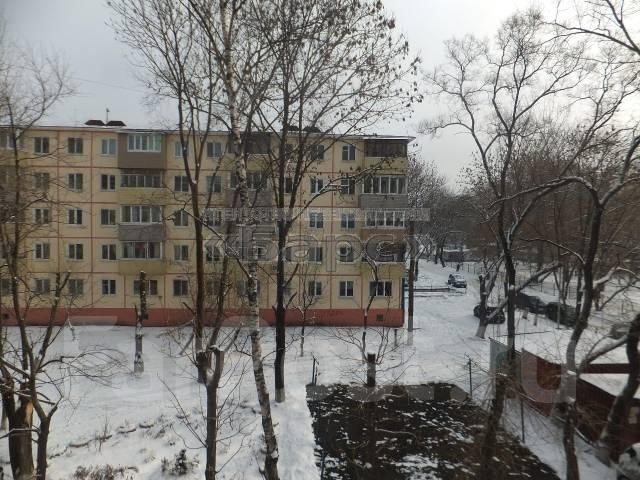 2-комнатная, улица Кутузова 8б. Вторая речка, проверенное агентство, 45 кв.м. Вид из окна днём