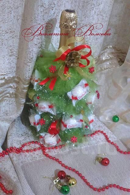 Подарок на новый год. Украшение на бутылку. Елка и конфет рафаелло. Под заказ