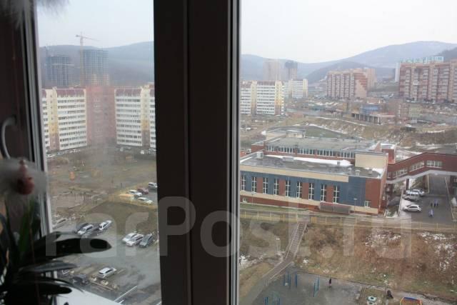 3-комнатная, улица Адмирала Горшкова 22. Снеговая падь, частное лицо, 64 кв.м. Вид из окна днём