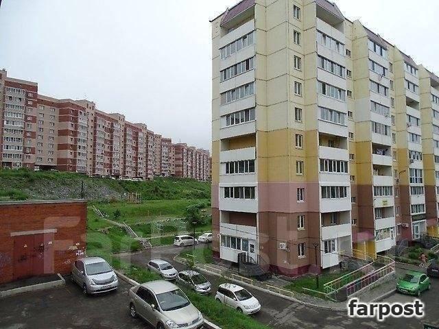 3-комнатная, улица Адмирала Горшкова 40. Снеговая падь, проверенное агентство, 69 кв.м. Вид из окна днём