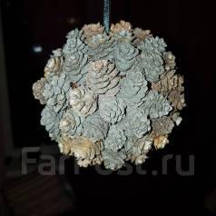 Новогоднее украшение шарик из шишек. 250 руб.