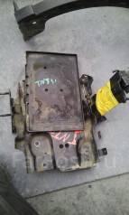 Крепление аккумулятора. Nissan X-Trail, NT31, TNT31 Двигатели: QR25, QR25DE