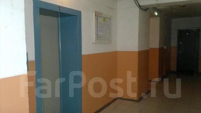 2-комнатная, улица Давыдова 35. Вторая речка, 50 кв.м. Подъезд внутри