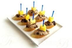 Канапе с курицей и ананасом на багете (7 шт.) (Праздничное меню)