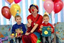 Клоуны, цирковые артисты.