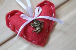 Брелок-валентинка из фетра ручной работы с купидоном
