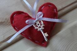 Брелок-валентинка из фетра ручной работы с ключиком
