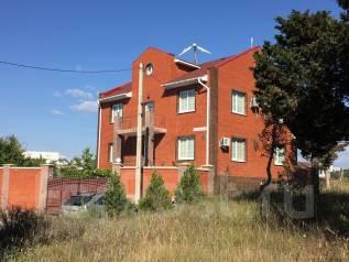 Дом с бассейном, центр города. 300-400 кв. м., 3 этажа, 6 комнат, кирпич