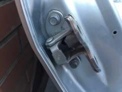 Крепление двери багажника.