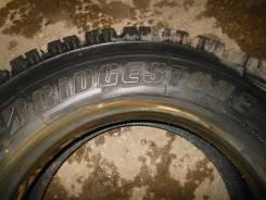 Bridgestone W910. Зимние, шипованные, 2014 год, износ: 20%, 2 шт