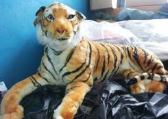 Огромный плюшевый тигр