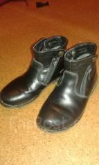 Ботинки для мальчика за 2 киндера.