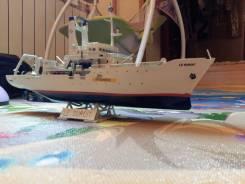 """Собранная модель судна """"Le Suroit"""", с рубля."""