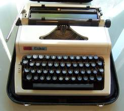 Пишущая печатная, механическая машинка Daro Erika (модель 100). Оригинал