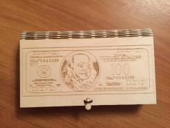 Подарочная коробочка для денег с индивидуальной гравировкой.