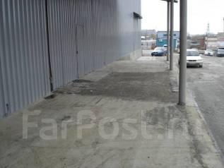 Сдается склад-навес. 1 600 кв.м., улица Снеговая 18а, р-н Снеговая. Дом снаружи