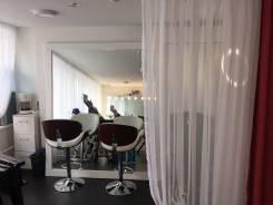 Сдам парикмахерское место во Владивостоке. Улица Набережная 10, р-н Центр, 20 кв.м., цена указана за все помещение в месяц. Интерьер
