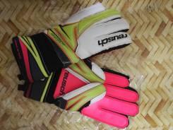Перчатки футбольные.