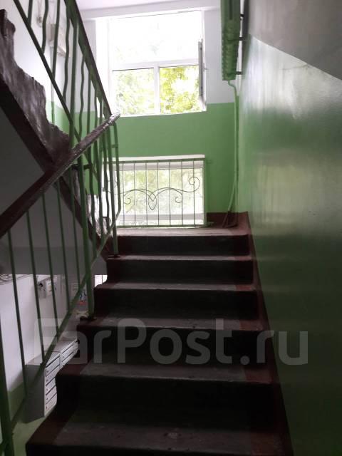 2-комнатная, проспект 100-летия Владивостока 45. Столетие, частное лицо, 44 кв.м. Подъезд внутри