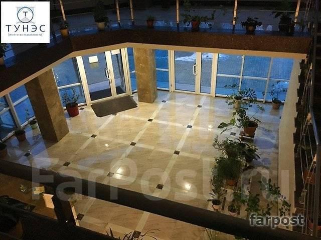 3-комнатная, улица Четвертая 6д. Океанская, проверенное агентство, 115 кв.м. Подъезд внутри